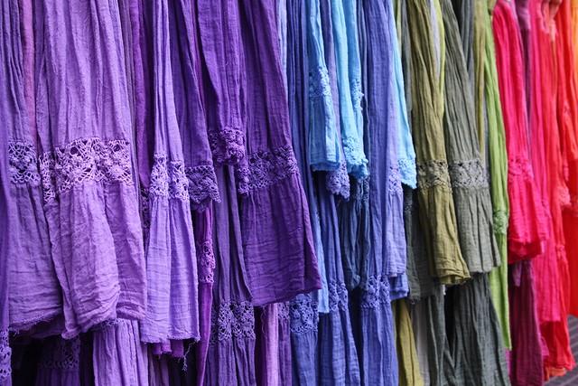 Vestidos y faldas ordenados en arcoiris