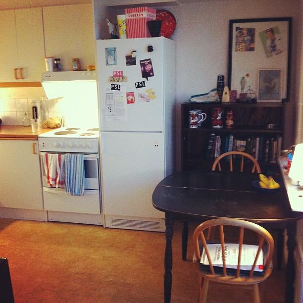 Nu börjar iallafall köket arta sig! Se, nu har vi både hylla och stolar! :)