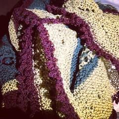 Tre ore e sono a metà #instaknit #knitting #knit #kalfromitaly #serialknitter #shawl #stephenwest #handmade #holstgarn #fattoamano #iolavoroamaglia #lavoroamaglia #serialknitter #kinttingfriends #ravelry
