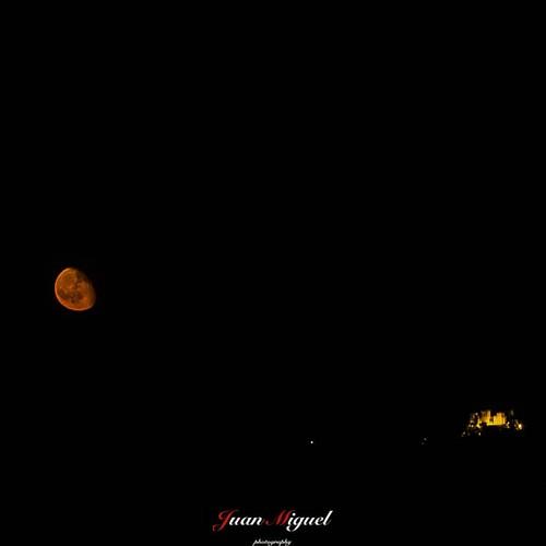 - La Luna y el Castillo de Almodóvar -   Fotografía tomada la madrugada del 24 de junio a las 0:30 h desde la Campiña de Posadas.   #milkyway #moonlight  #astrophotography #astrophoto #moon  #almodovar #milkywayphotography #natgeospace #universetoday #awe