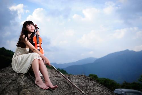 [フリー画像素材] 人物, 女性 - アジア, 楽器, 台湾人, バイオリン, 女性 - 座る, 音楽 ID:201204051400