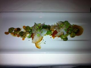 Bacalao fresco marinado y ahumado con judias y pimientos