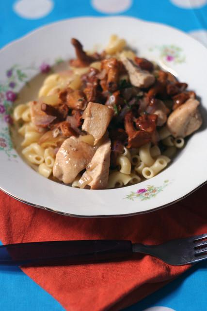 pasta mit hähnchen, eierschwammerln & äpfeln