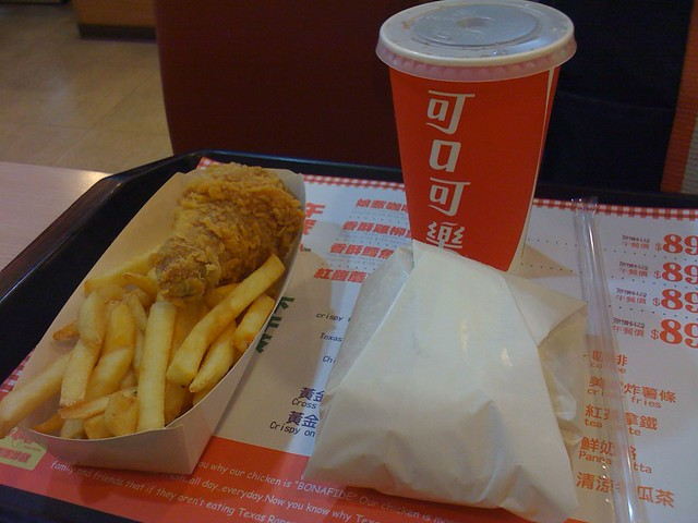 套餐:中杯冷飲+薯條+炸雞腿+雞肉堡
