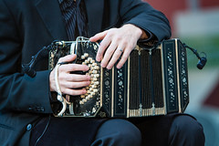 woodwind instrument(0.0), guitarist(0.0), accordion(1.0), diatonic button accordion(1.0), folk instrument(1.0), music(1.0), bandoneon(1.0), wind instrument(1.0),