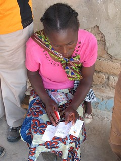 Tonga woman reads the Kit Yamoyo leaflet