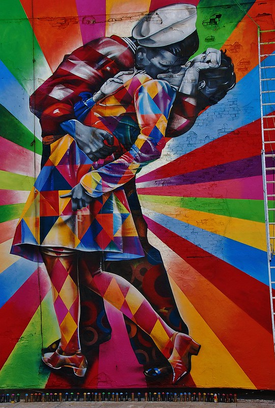 Massive mural by kobra recreates iconic times square kiss for Mural eduardo kobra