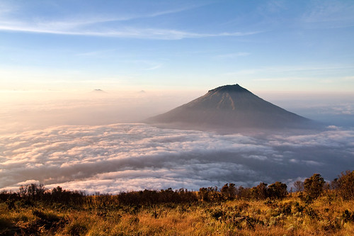 mountain mountains nature clouds sunrise indonesia landscape photography java horizon scenic aerialview mount gunung jawa highaltitude centraljava canoneos50d canon1022mmlens sumbing gunungsumbing mountsumbing