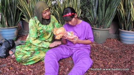 Kismah Johar dan Amyza Adnan dalam Budak Reben Merah