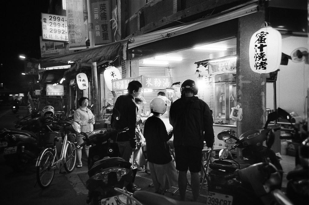 Taipei Street / Kodak TRI-X / Lomo LC-A+ 過往了黑白,原來去年的 11 月我拍了好多卷底片,現在再重新的看一遍。  所以人的記憶是不可靠的,還好能透過當時紀錄的影像來回想。  可是如果當初選擇性的紀錄,還能夠回想起被刻意遺忘的事情嗎?  Lomo LC-A+ Kodak TRI-X 400 / 400TX 2939-0018 2015-11-02~2015-11-04 Photo by Toomore
