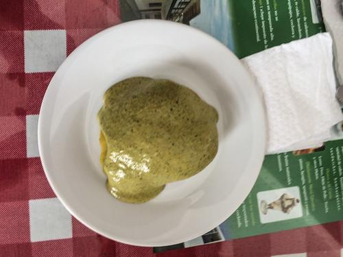 """Caraz: une """"papa al ocopa"""" en entrée (pomme de terre vapeur recouverte d'une sauce à base de cacahuète et de piment rouge mirasol. Sa couleur légèrement verte vient de l'herbe huacatay)."""