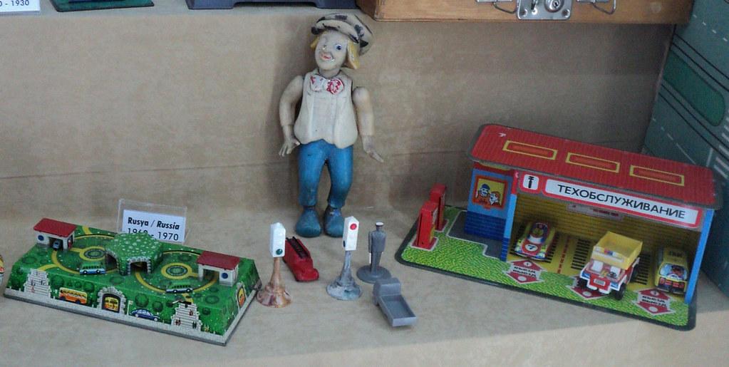 А вот и наши игрушки. Это, похоже, кукла-Олег Попов