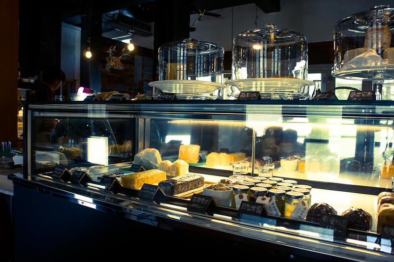 高挑的空間、開放的廚房、中島式吧台,讓不大的店內空間看起來較寬敞。