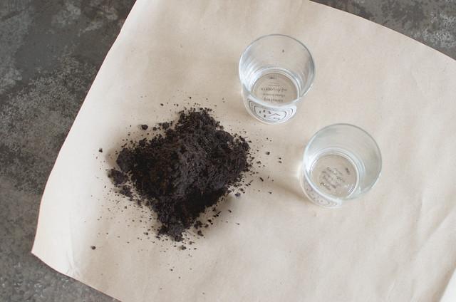 空いたグラスと土を用意して・・・