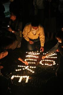 民眾用燭光排列出「NO NUKE」。攝影:林倩如