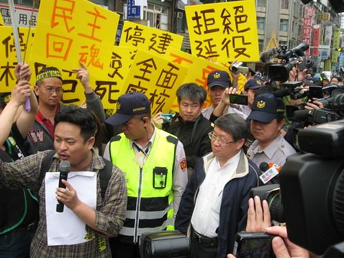 社工部王副主任(右)表示無代表黨團立場,僅代表國民黨接受陳情。洪郁婷攝影