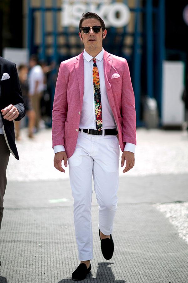 ピンクリネンジャケット×白シャツ×柄ネクタイ×白パンツ×黒ローファー