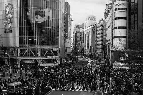 The amazing Shibuya Crossing with 6 different way to cross from one side of the road to the other, at the same time.