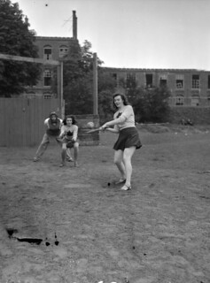 """Baseball game between women from the """"Eager Beavers"""" and officers of the Regina Rifle Regiment / Partie de baseball entre les femmes des Eager Beavers et les officiers du Regina Rifle Regiment"""