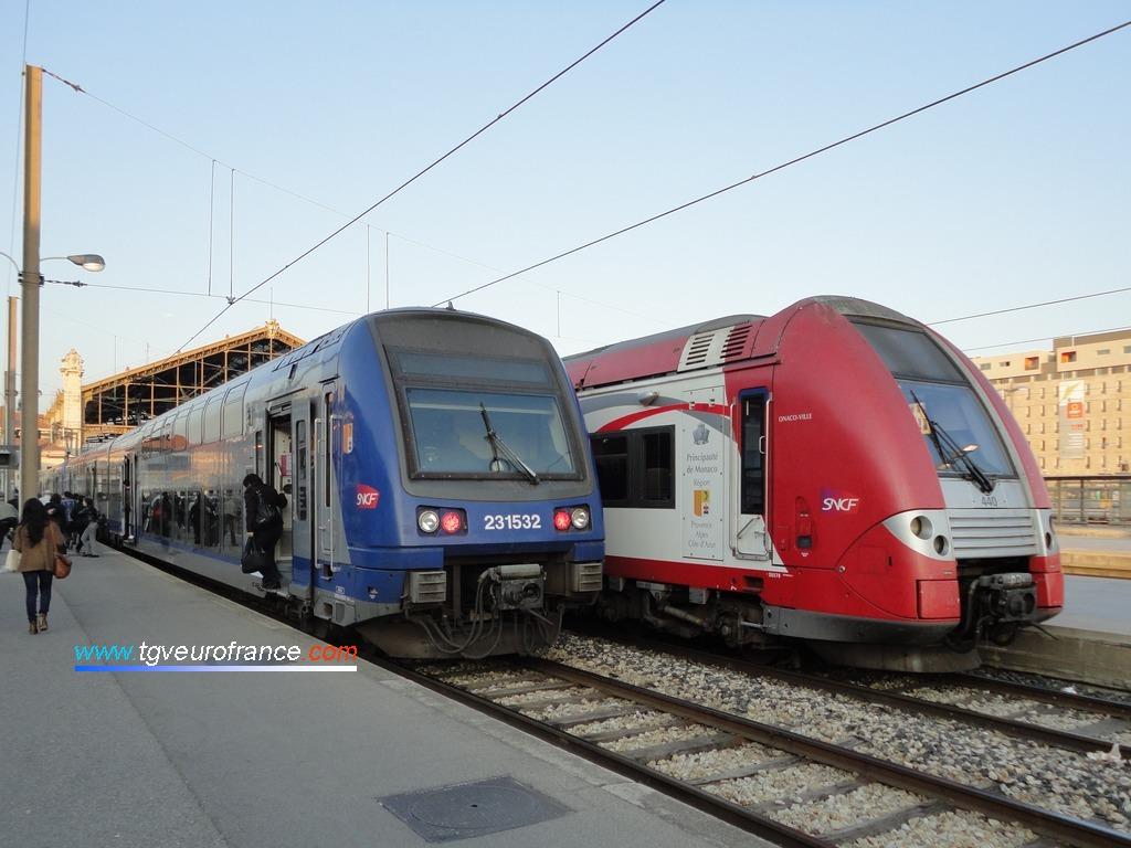 Vue de deux automotrices électriques à deux niveaux d'Alstom Transport