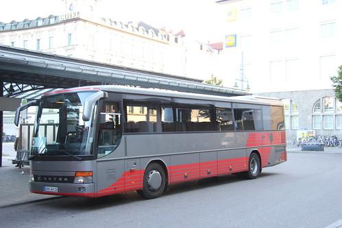 Ausgangspunkt ist der Ostbahnhof; ein Kässbohrer-Setra S 315 UL des Unternehmens Andreas Weger.
