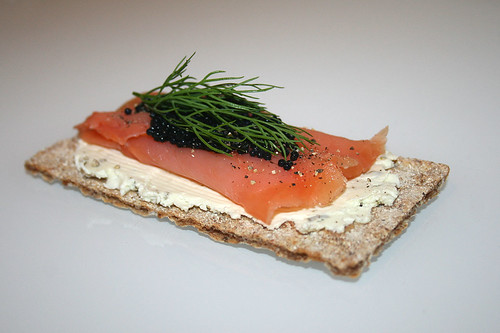 Räucherlachs mit Kaviar & Dill auf Frühlingszwiebel-Frischkäse / Smokes salmon with caviar & dill on spring onion cream cheese