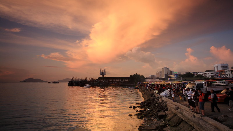 菲律賓夜市鄰近海攤,買些燒烤觀賞夕陽,享受!