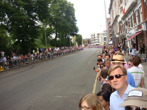 Aspecto de Fulham Road previo a la llegada de los ciclistas