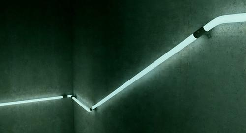 Вам никогда не приходилось двигаться в темноте по длинным коридорам или лестницам, которым нет конца?