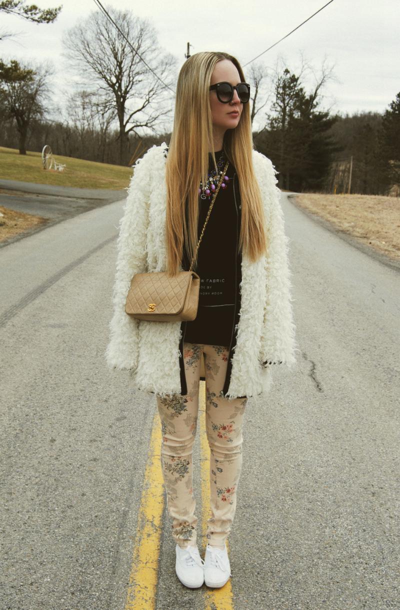MissKLWhiteFauxFurCoat-BeigeChanelBag-FloralJeans-WhiteKeds