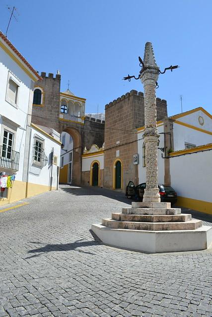 El Largo de Santa Clara con el Pelourinho, y mas arriba la puerta Dos santos de origen árabe