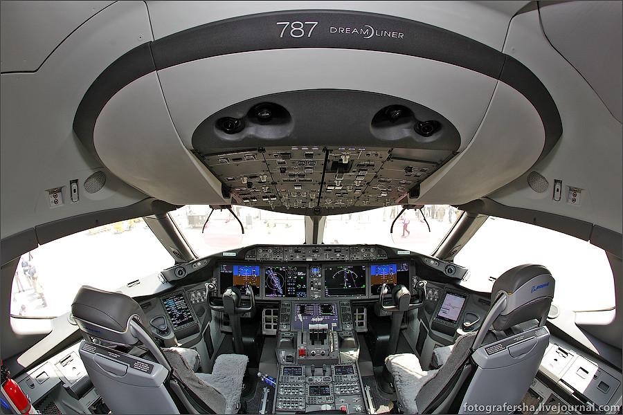 Кабина пилота самолета Boeing-787 Dreamliner (B-787 Дримлайнер)
