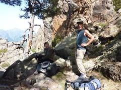 Trace cairnée de Tana di l'Orsu : Eckard et Bruno à la 1ère brèche aux pins
