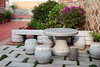 水頭121號民宿(水頭客棧一館)大門前的石桌