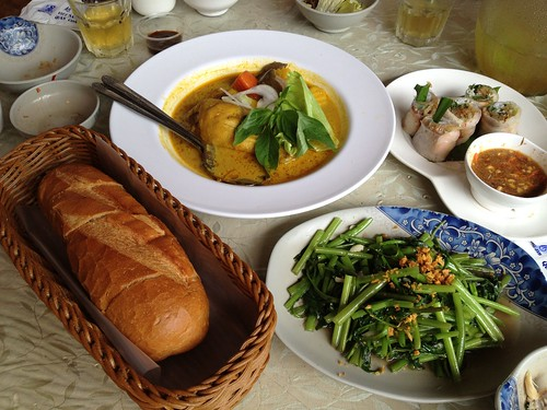 咖哩雞法國麵包、蝦醬空心菜