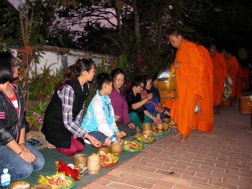 Las familias dan limosnas a los monjes