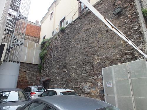 Földalatti dzsámi mögött az E fal