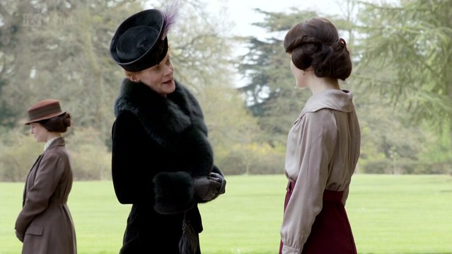 DowntonAbbeyS02E01_Rosamund_blackfurcoathat