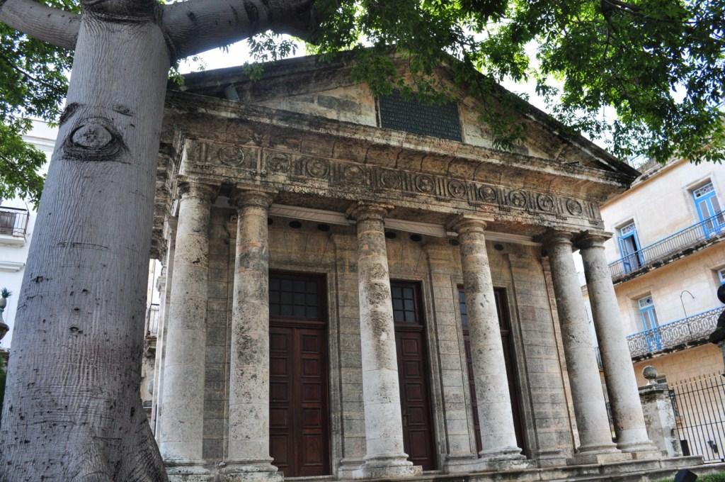 Fue eregido a propuesta del Capitán General Francisco Dionisio Vives en el lugar donde se cree se fundó la Villa de San Cristóbal de La Habana en 1519. En el interior del recinto se encuentran un busto de Cristóbal Colón, descubridor de la isla y una ceiba. la habana - 7817540412 4459b3818b o - La Habana vieja y un paseo por sus plazas