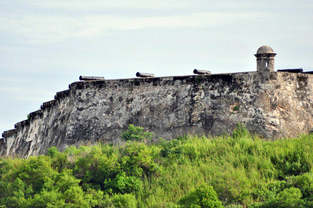 Cada noche a las 21h, los tambores anuncian el disparo del cañón, para rememorar el que antiguamente marcaba la hora de cerrar las puertas de la muralla que rodeaba la ciudad de La Habana, el mejor sistema de seguridad que convertía a la ciudad en la más protegida del caribe. la habana - 7817572444 21e9606628 o - La Habana vieja y un paseo por sus plazas