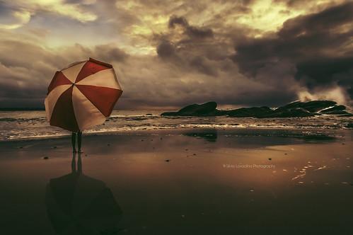 ocean africa sunset red panorama storm rain umbrella rouge seaside tramonto natura cielo westafrica tropical atlanticocean thunder paesaggio douala oceano cameroun parapluie rainyseason kribi parasole longji d90 oceanoatlantico ombrella camerun thegreatpretender saisondespluies africacentraleeoccidentale silvialovadina