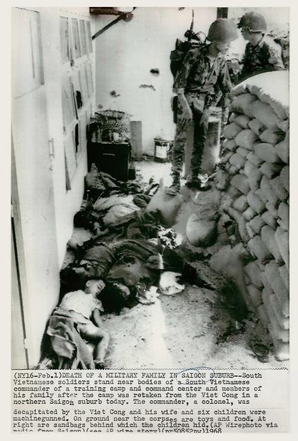 Tết Mậu Thân 1968 - DEATH OF A MILITARY FAMILY IN SAIGON - Press Photo - Một bức ảnh buồn, phần còn thiếu trong câu chuyện về tướng Loan