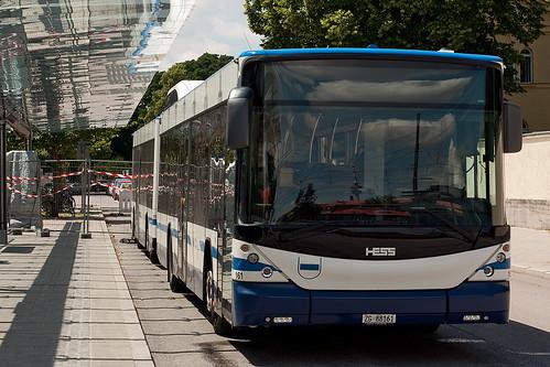 Schnurgerade steht der Buszug abgestellt am Westfriedhof
