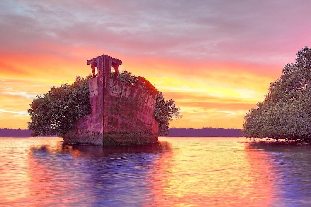 夕日に照らされる緑の廃船SS Ayrfield