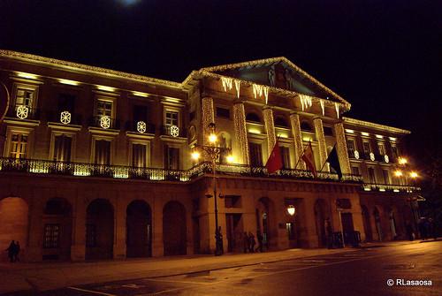 Vista de la fachada del Palacio de Navarra en la avenida de San Ignacio, con la iluminación propia de las Navidades