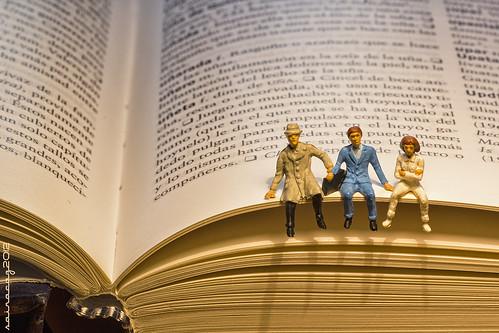 Sentados en el borde de un libro by sairacaz