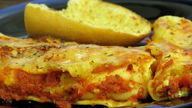 Manicotti and garlic bread