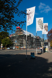 Christchurch Arts Centre 在 基督城 附近 的形象. road street autumn newzealand christchurch sky people cars leaves scaffolding shadows crane flags pathway pathways christchurchartcentre earthquakerepairwork