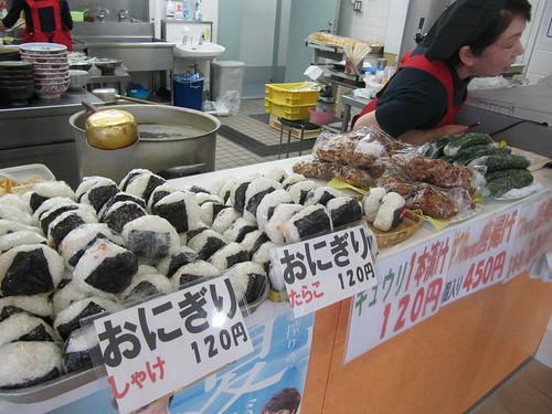 函館競馬場のはつねのおにぎりと唐揚げときゅうり