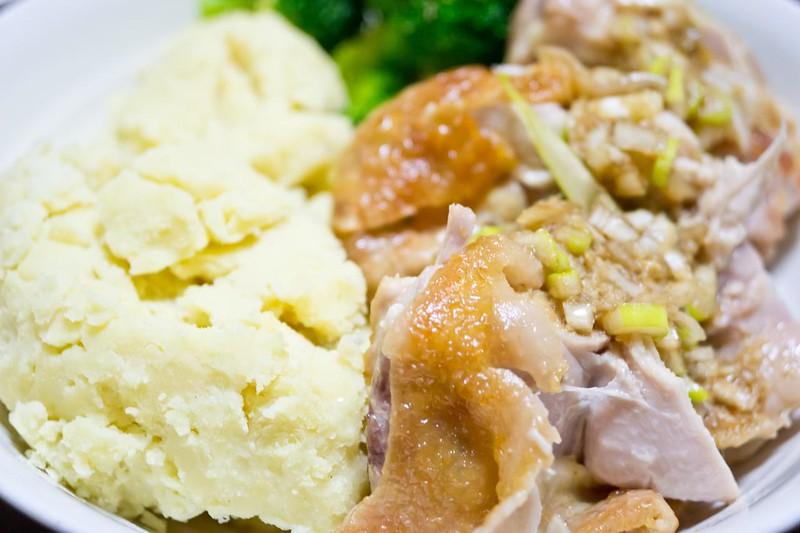 鶏肉ステーキの生姜醤油ソースかけとマッシュポテトとブロッコリー